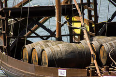 Porto, Portugal : détail de bateau de rabelo avec des barils de vin de port Image libre de droits