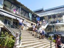 Porto, Portugal 12 de agosto de 2017: as escadas do acesso aos assoalhos superiores do mercado neoclássico chamado fazem Bolhao c Foto de Stock Royalty Free