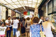 3864Porto, Portugal 12 de agosto de 2017: A multidão de turistas que dão uma volta através do mercado famoso de Porto chamado faz Imagem de Stock