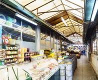 Porto, Portugal 12 de agosto de 2017: O salão central do mercado chamado faz Bolhao com tendas das azeitonas e do telhado nuts e  Imagem de Stock
