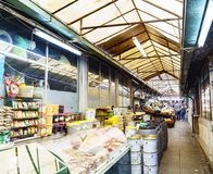Porto, Portugal 12 de agosto de 2017: O salão central do mercado chamado faz Bolhao com tendas das azeitonas e do telhado nuts e  Fotografia de Stock
