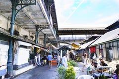 Porto, Portugal 12 de agosto de 2017: o salão do mercado chamado faz Bolhao no estilo neoclássico com as colunas do ferro que man Imagens de Stock Royalty Free