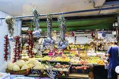 Porto, Portugal 12 de agosto de 2017: A tenda das frutas e legumes do mercado chamado faz Bolhao com cordas do hangi do alho e do Imagens de Stock