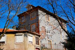 Porto Portugal de gebouwen met de typische kleurrijke voorgevels en de schaal betegelt uiteenvallen royalty-vrije stock afbeeldingen