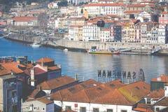 PORTO, PORTUGAL - 18 DE JANEIRO DE 2018: Rio e Ribeira de Douro dos telhados em Vila Nova de Gaia, Porto, Portugal Imagens de Stock