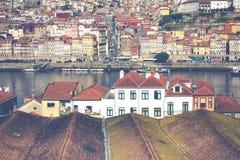 PORTO, PORTUGAL - 18 DE JANEIRO DE 2018: Rio e Ribeira de Douro dos telhados em Vila Nova de Gaia, Porto, Portugal Imagem de Stock