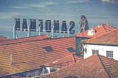 PORTO, PORTUGAL - 18 DE JANEIRO DE 2018: Rio e Ribeira de Douro dos telhados em Vila Nova de Gaia, Porto, Portugal Fotografia de Stock