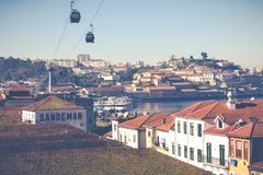 PORTO, PORTUGAL - 18 DE JANEIRO DE 2018: Rio e Ribeira de Douro dos telhados em Vila Nova de Gaia, Porto, Portugal Fotografia de Stock Royalty Free