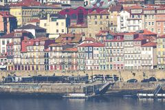 PORTO, PORTUGAL - 18 DE JANEIRO DE 2018: Rio e Ribeira de Douro dos telhados em Vila Nova de Gaia, Porto, Portugal Fotos de Stock