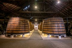 PORTO, PORTUGAL - 19 de junho de 2018: Tambores de vinho do Porto no p de Graham fotografia de stock