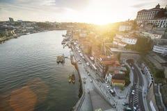 PORTO, PORTUGAL - Draufsicht von Ribeira, traditionelle Boote in Duero-Fluss in alter Stadt Porto Lizenzfreies Stockfoto