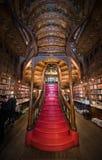 PORTO, PORTUGAL - 11. FEBRUAR 2016: Leute an der Buchhandlung Livraria Lizenzfreie Stockfotos