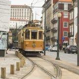 PORTO PORTUGAL - FEBRUARI 18, 2015: Turist- linje för arvspårvagn på kusterna av Douroen Royaltyfri Fotografi