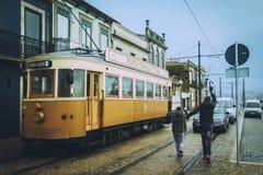Porto, Portugal - janeiro, 18: Dois turistas estavam atrasados para um bonde do turista em Porto imagem de stock