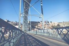 PORTO, PORTUGAL - 18. JANUAR 2018: Ansicht der historischen Stadt von Porto, Portugal mit der Dom Luiz-Brücke Lizenzfreie Stockfotografie