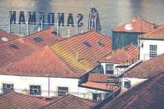 PORTO, PORTUGAL - 18. JANUAR 2018: Duero Fluss und Ribeira von den Dächern bei Vila Nova de Gaia, Porto, Portugal Lizenzfreie Stockfotos