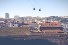 PORTO, PORTUGAL - 18. JANUAR 2018: Duero Fluss und Ribeira von den Dächern bei Vila Nova de Gaia, Porto, Portugal Lizenzfreie Stockfotografie