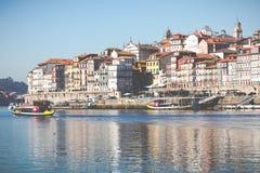 PORTO, PORTUGAL - 18. JANUAR 2018: Duero Fluss und Ribeira von den Dächern bei Vila Nova de Gaia, Porto, Portugal Lizenzfreies Stockfoto