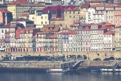 PORTO, PORTUGAL - 18. JANUAR 2018: Duero Fluss und Ribeira von den Dächern bei Vila Nova de Gaia, Porto, Portugal Stockfotos