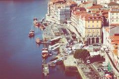 PORTO, PORTUGAL - 18. JANUAR 2018: Gestalten Sie Ansicht über den Flussufer mit schönen Altbauten in Porto-Stadt, Portugal landsc Lizenzfreie Stockbilder
