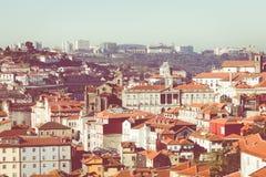 PORTO, PORTUGAL - 18. JANUAR 2018: Gestalten Sie Ansicht über den Flussufer mit schönen Altbauten in Porto-Stadt, Portugal landsc Lizenzfreie Stockfotos