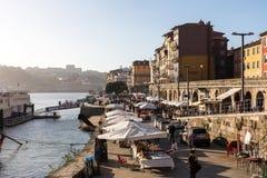 PORTO, PORTUGAL - 18. JANUAR 2018: Gestalten Sie Ansicht über den Flussufer mit schönen Altbauten in Porto-Stadt, Portugal landsc Stockbilder