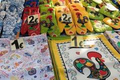 PORTO PORTUGAL - JANUARI 18,2018: Blandade traditionella portugisiska souvenir på försäljning i Porto, Portugal Arkivfoto