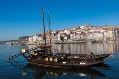 PORTO PORTUGAL - JANUARI 18,2018: Fartyg som bär trummor av porto den vin sedda anslutningen på flodbanken Panoramasikt på Porto, Royaltyfri Foto