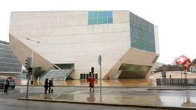 PORTO PORTUGAL - JANUARI 31, 2019: Musikhuscasaen da Musica är en modern konserthall i Porto, Portugal royaltyfri bild
