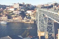 PORTO PORTUGAL - JANUARI 18,2018: Panoramasikt på Porto, den Duoro floden, det Ribeira området och Dom Luis Bridge Fotografering för Bildbyråer