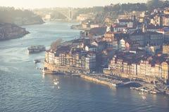 PORTO PORTUGAL - JANUARI 18,2018: Panoramasikt på Porto, den Duoro floden, det Ribeira området och Dom Luis Bridge Arkivbilder