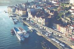 PORTO PORTUGAL - JANUARI 18,2018: Panoramasikt på Porto, den Duoro floden, det Ribeira området och Dom Luis Bridge Royaltyfri Foto