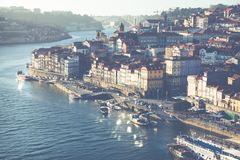 PORTO PORTUGAL - JANUARI 18,2018: Panoramasikt på Porto, den Duoro floden, det Ribeira området och Dom Luis Bridge Arkivfoton