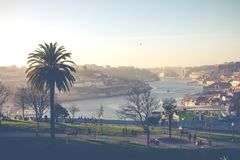 PORTO PORTUGAL - JANUARI 18,2018: Panoramasikt på Porto, den Duoro floden, det Ribeira området och Dom Luis Bridge Royaltyfri Fotografi