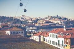 PORTO, PORTUGAL - 18 JANVIER 2018 : Rivière et Ribeira de Douro des toits chez Vila Nova de Gaia, Porto, Portugal Photographie stock libre de droits