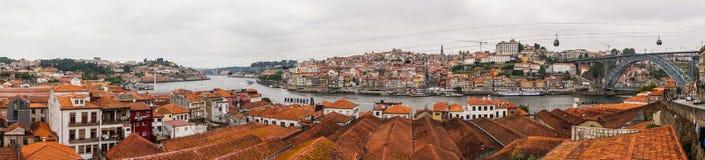 Porto, Portugal - Juli 2017 Ansicht über Vila Nova de Gaia auf Duero-Fluss in Porto, Portugal Britische Wein- und Hafenkeller - p Lizenzfreie Stockfotos