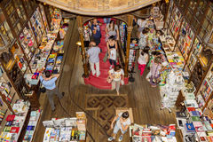 PORTO PORTUGAL - JULI, 04: Folk som besöker den berömda bokhandeln Arkivfoton