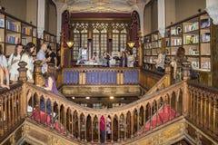 PORTO PORTUGAL - JULI, 04: Folk som besöker den berömda bokhandeln Arkivbilder