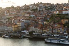 Porto, Portugal - Juli, 2017 Luchtmening van Dom Luis I op Douro-Rivier bij zonsondergang in Vila Nova de Gaia, Porto, Portugal P Stock Afbeelding