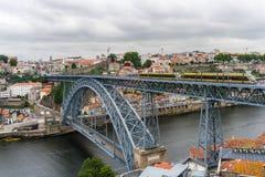 Porto, Portugal - Juli 2017 Panoramische Vogelperspektive von Dom Luis Bridge in Porto an einem schönen Sommertag, Portugal stockbilder