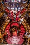 Porto Portugal - 08 Juli 2017 Sikt för hög vinkel av trappa i bokhandeln Livraria Lello royaltyfri bild