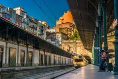 PORTO PORTUGAL - JUNI 28, 2016: Drev som kommer från tunelen till Arkivfoto