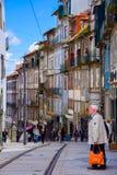 Porto Portugal-Juni 15, 2016: En av gatorna i den gamla staden av Porto fotografering för bildbyråer