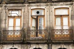 PORTO PORTUGAL - JUNI 5, 2017: En gammal balkong med metallraster arkivfoton