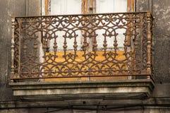 PORTO PORTUGAL - JUNI 5, 2017: En gammal balkong med metallraster arkivbilder