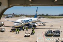PORTO PORTUGAL - JUNI 28 2016: En RYANAIR Boeing 737 på betwee Arkivbilder