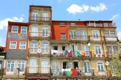 PORTO, PORTUGAL - JUNI 21, 2018: mooie kleurrijke oude gebouwen in Porto met Columbiaans Consulaat, Portugal royalty-vrije stock afbeeldingen