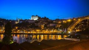 PORTO, PORTUGAL - Mening van Porto en de Dom Luiz-brug bij nacht Royalty-vrije Stock Fotografie
