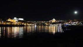 Porto, Portugal: Panoramische Nachtansicht der historisches cityand berühmten Dom Luiz-Brücke und ihre Reflexionen über Duero-Flu stock footage