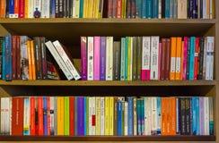 PORTO PORTUGAL - SEPTEMBER 09, 2016: Bokhyllan i bok shoppar Liv Arkivfoton